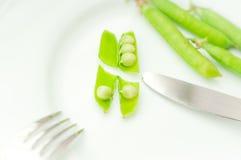 Besnoeiings groene erwten in bonen Stock Foto's