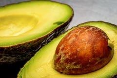 Besnoeiings open avocado Stock Fotografie
