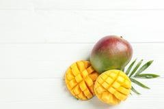 Besnoeiings rijp mango's en palmblad op witte achtergrond royalty-vrije stock foto's