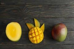 Besnoeiings rijpe mango's en ruimte voor tekst op houten achtergrond royalty-vrije stock fotografie