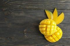 Besnoeiings rijpe mango's en ruimte voor tekst op houten achtergrond stock foto
