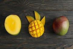 Besnoeiings rijpe mango's en ruimte voor tekst op houten achtergrond stock afbeeldingen