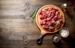 Besnoeiings ruw rundvlees met thyme, rozemarijn en boter stock fotografie