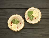 Besnoeiingshout met met plakken van citroen en granaatappelbessen Royalty-vrije Stock Foto