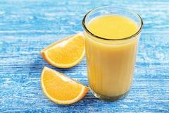Besnoeiingssinaasappel en een glas sap Stock Foto's