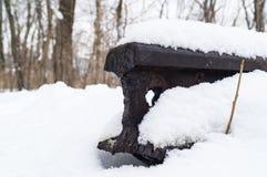 Besnoeiingsspoor onder sneeuw in de winter op een verlaten spoorweg royalty-vrije stock afbeelding