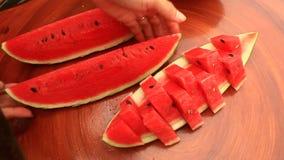 Besnoeiingswatermeloen in stukken stock videobeelden
