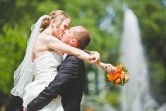 Beso atractivo del novio y de la novia Fotografía de archivo libre de regalías