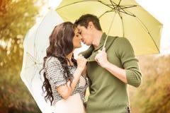 Beso bajo el paraguas Fotografía de archivo libre de regalías