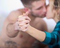 Beso caliente de los pares jovenes Imágenes de archivo libres de regalías