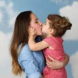 Beso de dos hermanas Imagenes de archivo