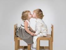 Beso de dos pequeño bebés Fotografía de archivo libre de regalías