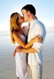 Beso de la luna de miel en la playa Imágenes de archivo libres de regalías