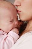 Beso de la madre Imágenes de archivo libres de regalías