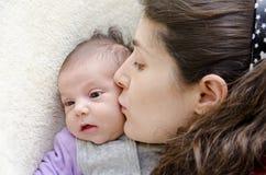 Beso de la madre. foto de archivo