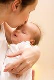 Beso de la madre Foto de archivo libre de regalías