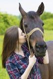 Beso de la muchacha del adolescente el caballo Fotografía de archivo libre de regalías