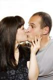 Beso de la mujer joven y del hombre Foto de archivo libre de regalías