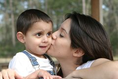 Beso de las madres fotos de archivo