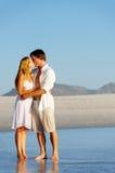 Beso de los pares de la playa Imágenes de archivo libres de regalías