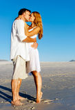 Beso de los pares de la playa Imagen de archivo libre de regalías