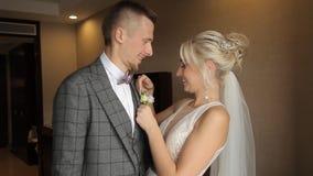 Beso de novia y del novio almacen de metraje de vídeo