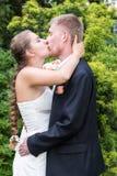 Beso de novia y del novio Fotos de archivo libres de regalías