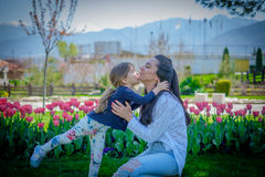 Beso del abrazo de la hija y de la madre Foto de archivo libre de regalías