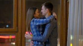 Beso del abrazo del hombre de la relación del afecto del amor de los pares almacen de video