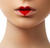 Beso del corazón de la tarjeta del día de San Valentín en los labios maquillaje Sexylips de la belleza con h imágenes de archivo libres de regalías