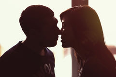 Beso del hombre y de la mujer Fotos de archivo