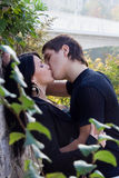 Beso del muchacho y de la muchacha Foto de archivo