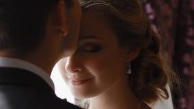 Beso del novio su novia en frente suavemente metrajes