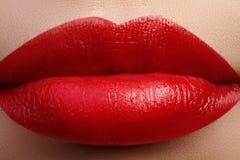 Beso dulce Primer de los labios de la mujer con maquillaje del rojo de la moda Boca femenina hermosa, labios llenos con maquillaj Foto de archivo libre de regalías