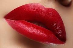 Beso dulce Primer de los labios de la mujer con maquillaje del rojo de la moda Boca femenina hermosa, labios llenos con maquillaj Fotos de archivo