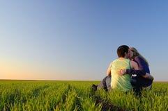 Beso en el campo Fotografía de archivo libre de regalías