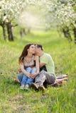 Beso en jardín florido Imagenes de archivo