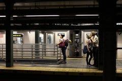 Beso en la estación de la avenida de Brooklyn Atlántico imágenes de archivo libres de regalías