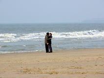 Beso en la playa Fotografía de archivo libre de regalías
