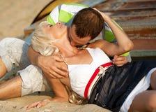 Beso en la playa Imagen de archivo libre de regalías