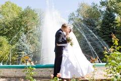 Beso en parque Fotos de archivo