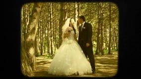 Beso eterno de la boda de recienes casados jovenes almacen de video