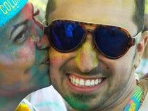 Beso feliz coloreado calle en el funcionamiento del color