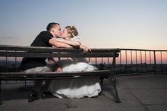 Beso feliz de los pares Foto de archivo