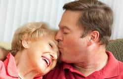 Beso para la mama imagen de archivo libre de regalías