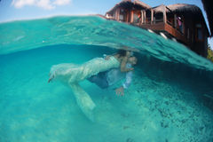 Beso precioso hermoso de novia y del novio subacuático Foto de archivo libre de regalías