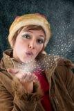 Beso que sopla de la hada de la Navidad fuera de la nieve y de estrellas Foto de archivo libre de regalías