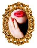 Beso - reflexión de la mujer en espejo Fotografía de archivo