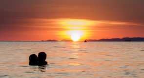 Beso romántico de la puesta del sol foto de archivo libre de regalías