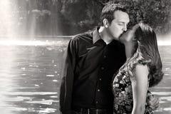 Beso romántico de los pares Foto de archivo libre de regalías
